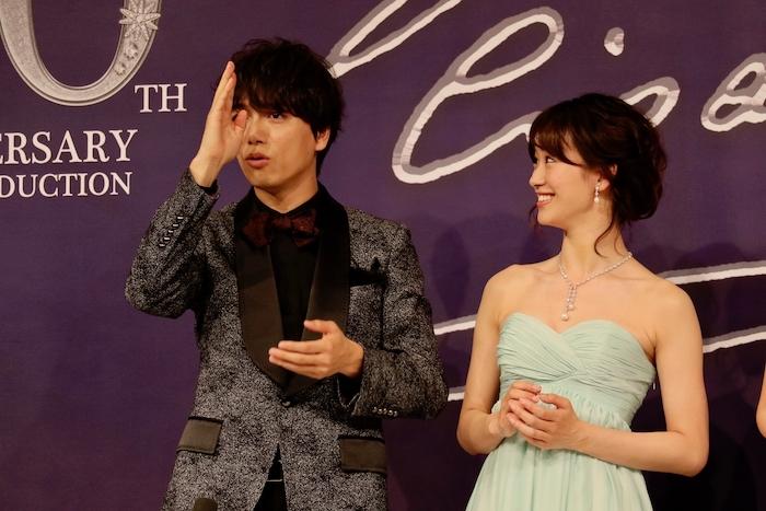 「まさか真ん中分けとは!」と前髪ネタを引っ張る山崎(写真左)