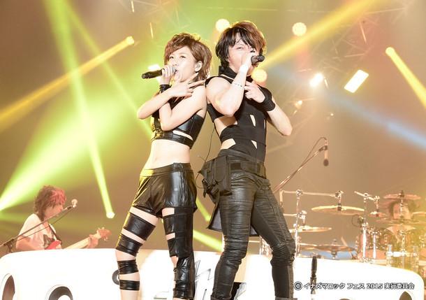左から高橋みなみ(AKB48)、T.M.Revolution(写真提供:EPICレコードジャパン)