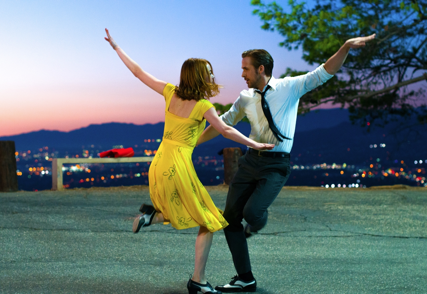 (C) 2017 Summit Entertainment, LLC. All Rights Reserved. EW0001: Sebastian (Ryan Gosling) and Mia (Emma Stone) in LA LA LAND.Photo courtesy of Lionsgate