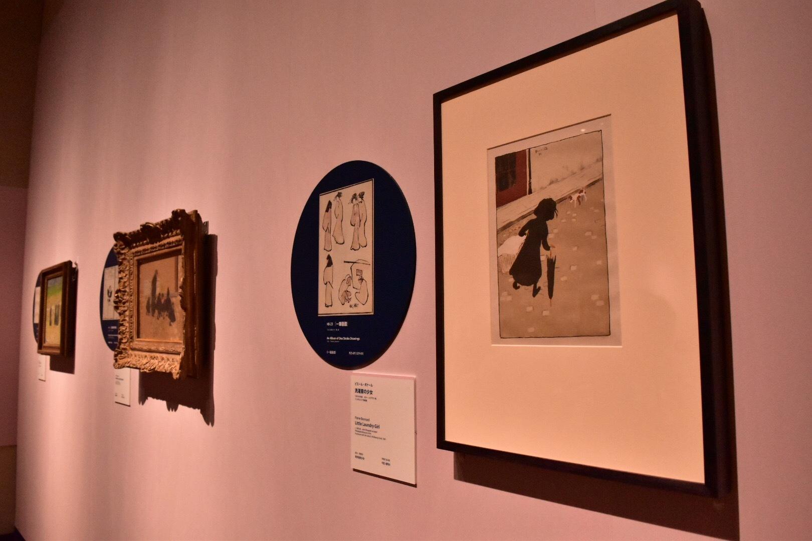 右手前から:ピエール・ボナール《洗濯屋の少女》1895-96年頃 フィラデルフィア美術館、 葛飾北斎『一筆画譜』1823(文政6)年 個人蔵