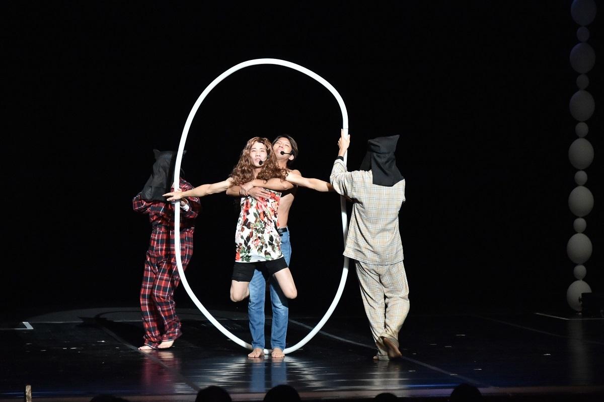 プレミアムステージの演技の合間にはパフォーマーによるコミカルな演出も