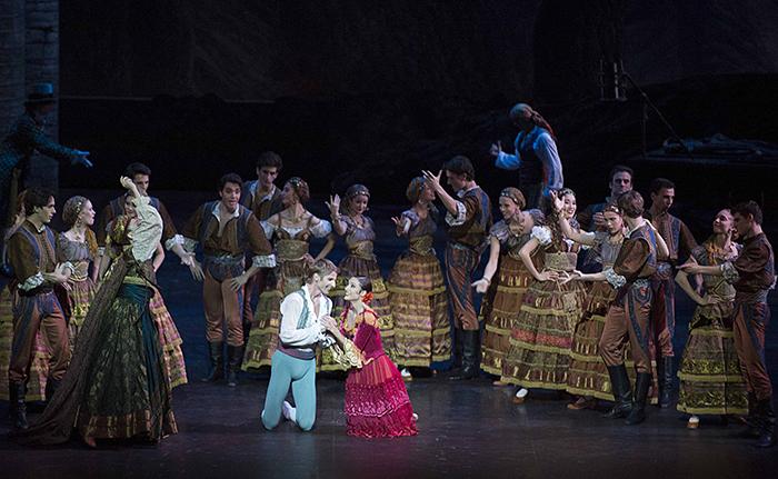 『ドン・キホーテ』ドロテ・ジルベール、カール・パケット © Julien Benhamou / Opéra national de Paris
