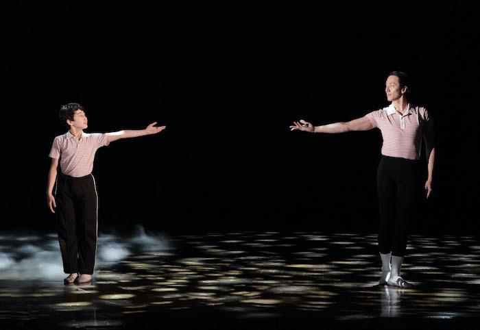 『ビリー・エリオット』舞台写真。左:中村海琉、右:大貫勇輔(撮影:田中亜紀)