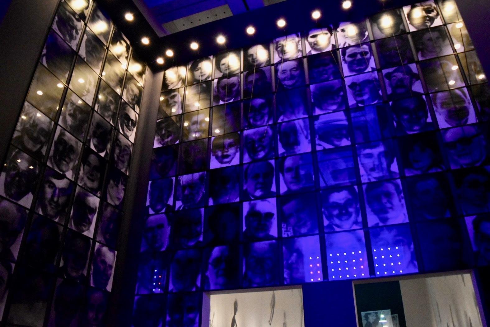 《三面記事》 2000年 「クリスチャン・ボルタンスキー −Lifetime」展 2019年 国立新美術館展示風景