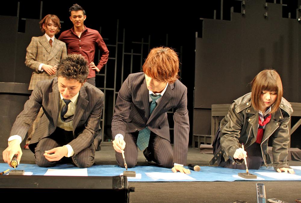 書道で決意表明 (左から)井上、中村、岩田