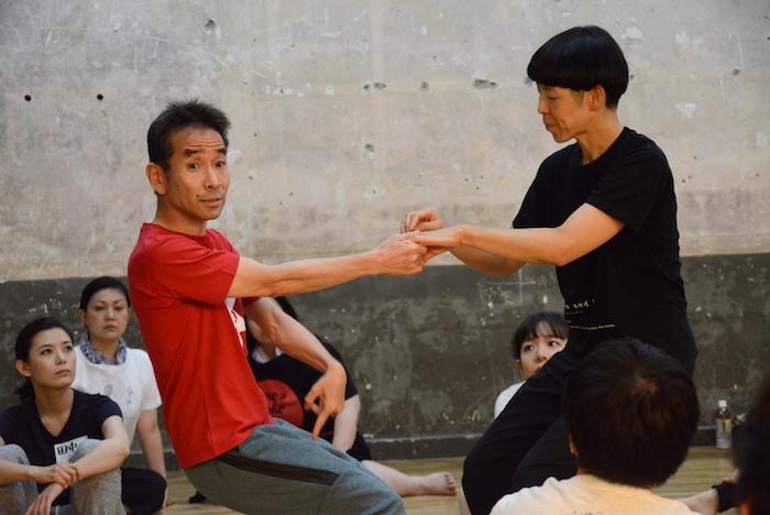 ワークショップで講師を務めた小野寺修二(左) (撮影:五月女菜穂)