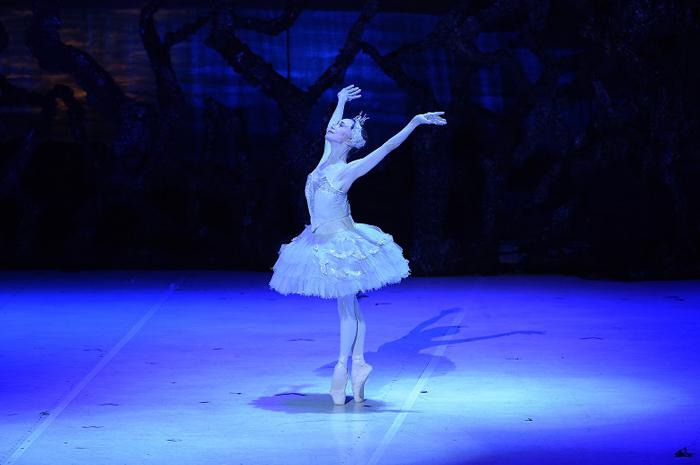 新「白鳥の湖」のオデットを踊る森下洋子(2021.7 オーチャードホール)  写真提供:松山バレエ団