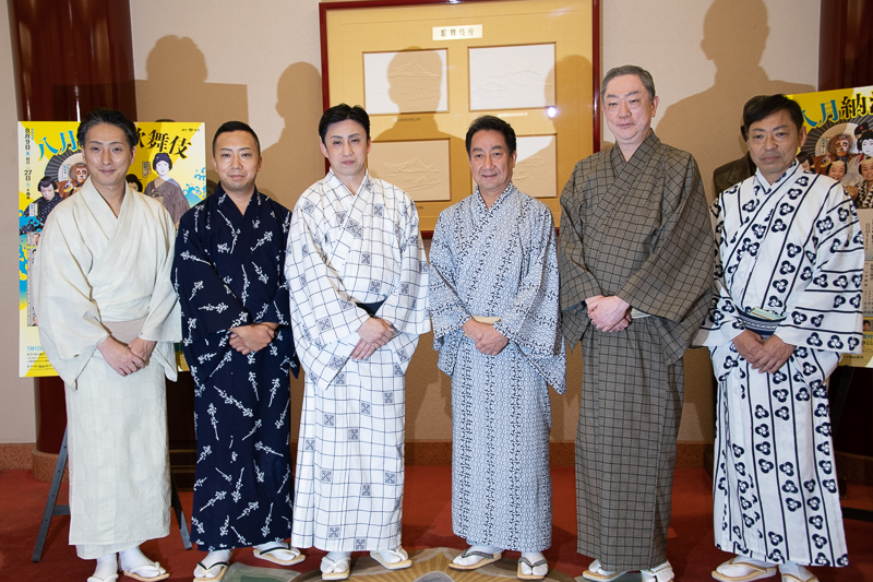 左から、中村七之助、市川猿之助、松本幸四郎、中村扇雀、坂東彌十郎、市川中車。