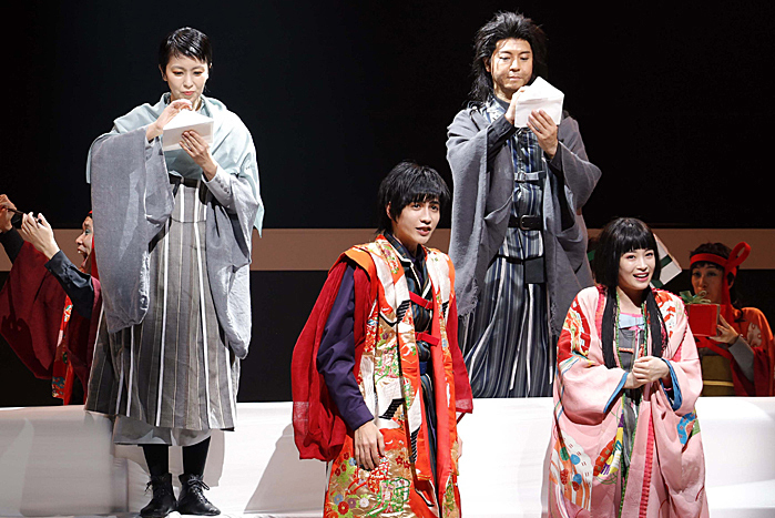 NODA・MAP『Q』より(左から)松たか子 志尊淳 上川隆也 広瀬すず