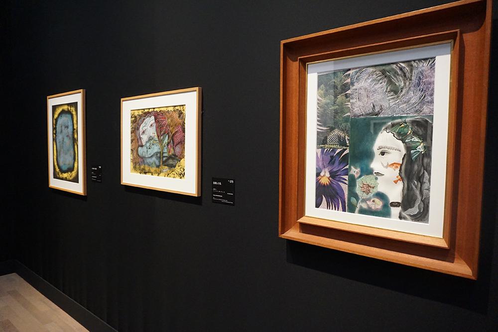 草間彌生『花と自画像』1973年 インク、水彩、コラージュ/紙 オオタファインアーツ ほか ©YAYOI KUSAMA