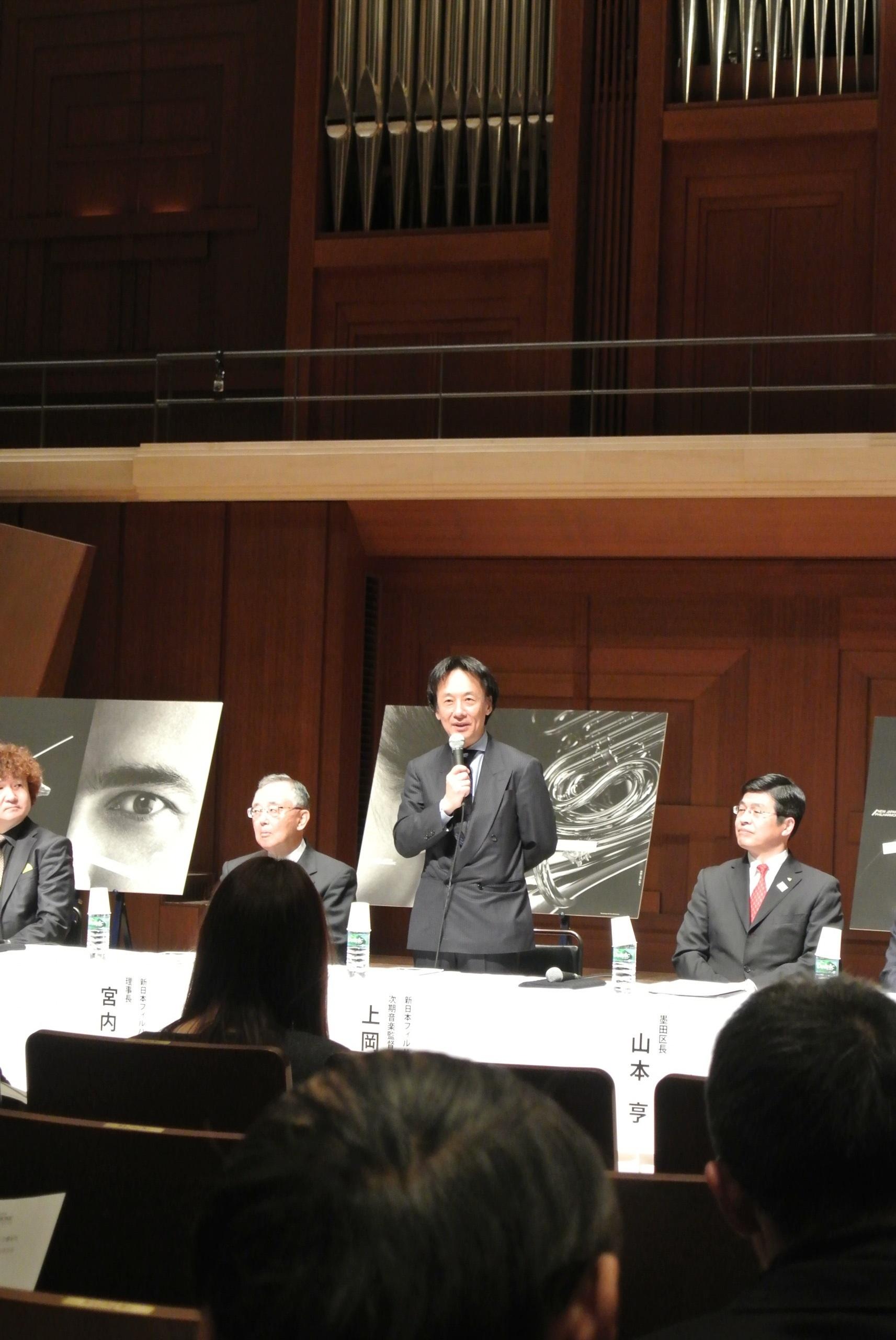 挨拶する上岡敏之・新日本フィルハーモニー交響楽団第4代監督