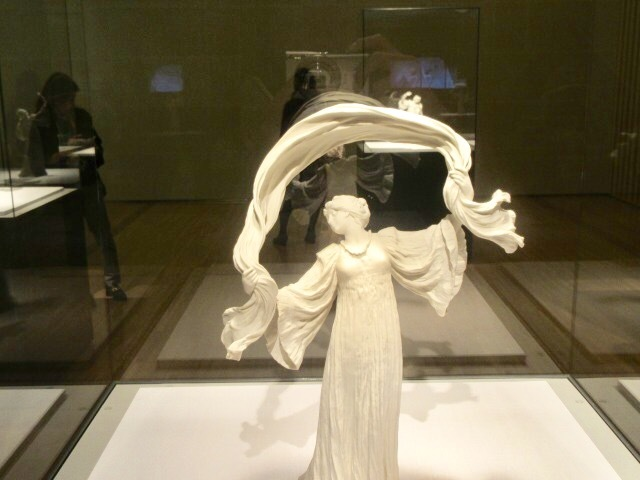 ダンサーNo.14(テーブルセンターピース「スカーフダンス」より) アガトン・レオナール 1899-1900年