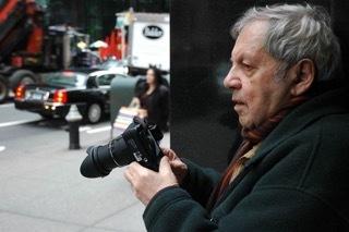 「57丁目で撮影するソール・ライター」(撮影:マーギット・アーブ) ⒸSaul Leiter Estate