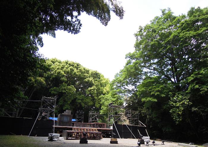 公演5日前の『Social walk』野外特設舞台。何かを待っているようだ。