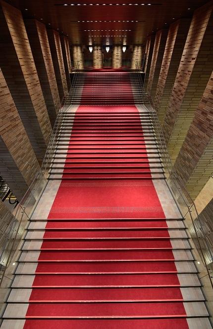 幅7,2m、51段の大階段は、フェスティバルホールの象徴。