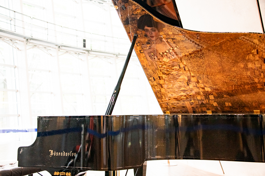 館内には、クリムト「アデーレ・ブロッホ=バウアーの肖像 I」(「Woman in gold」)の装飾があしらわれたベーゼンドルファー社のグランドピアノも。※現在は展示を終了しています。