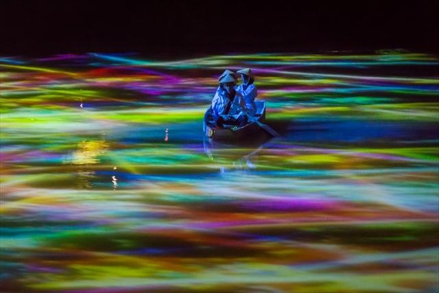 小舟と共に踊る鯉によって描かれる水面のドローイング   teamLab, 2015, Interactive Digitized Nature, 13min 24sec, Sound: Hideaki Takahashi