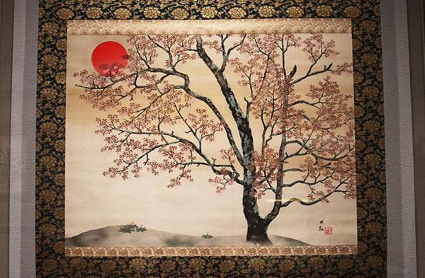 横山大観《春朝》1939(昭和14)年頃。山桜と太陽を日本の象徴として描いた