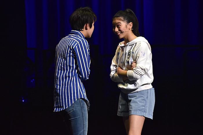 2人1組で披露した芝居の審査。写真は洞桃香さんと増田ふくさん(右から)  (撮影:五月女菜穂)