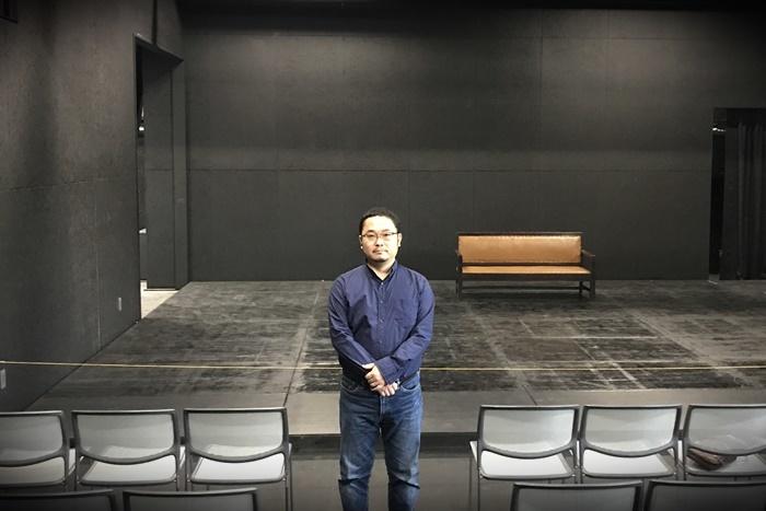 あごうさとし。会場となる[THEATRE E9 KYOTO]客席にて。 [撮影]吉永美和子
