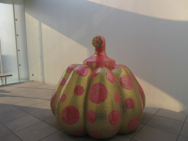 宙から突如舞い降りたかのような、新作のかぼちゃのオブジェ
