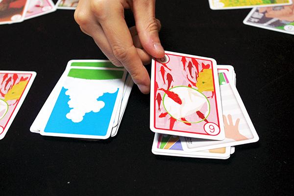 めくったカードを捨て札にして手番が強制終了です。