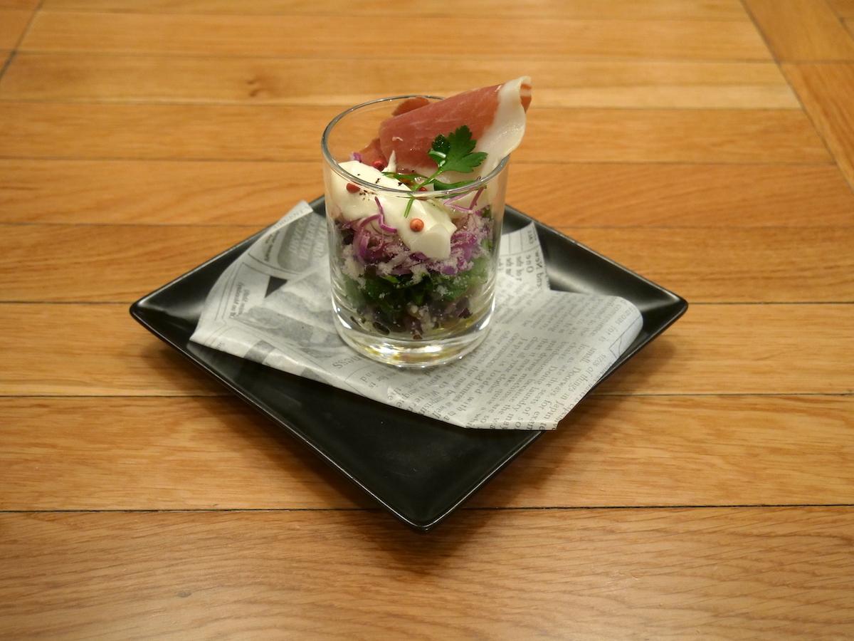 GYROAXIAの パルマ産プロシュートとチーズクリームのグラスサラダ ~エスプレッソとレモンのドレッシング~ 900円(税込)