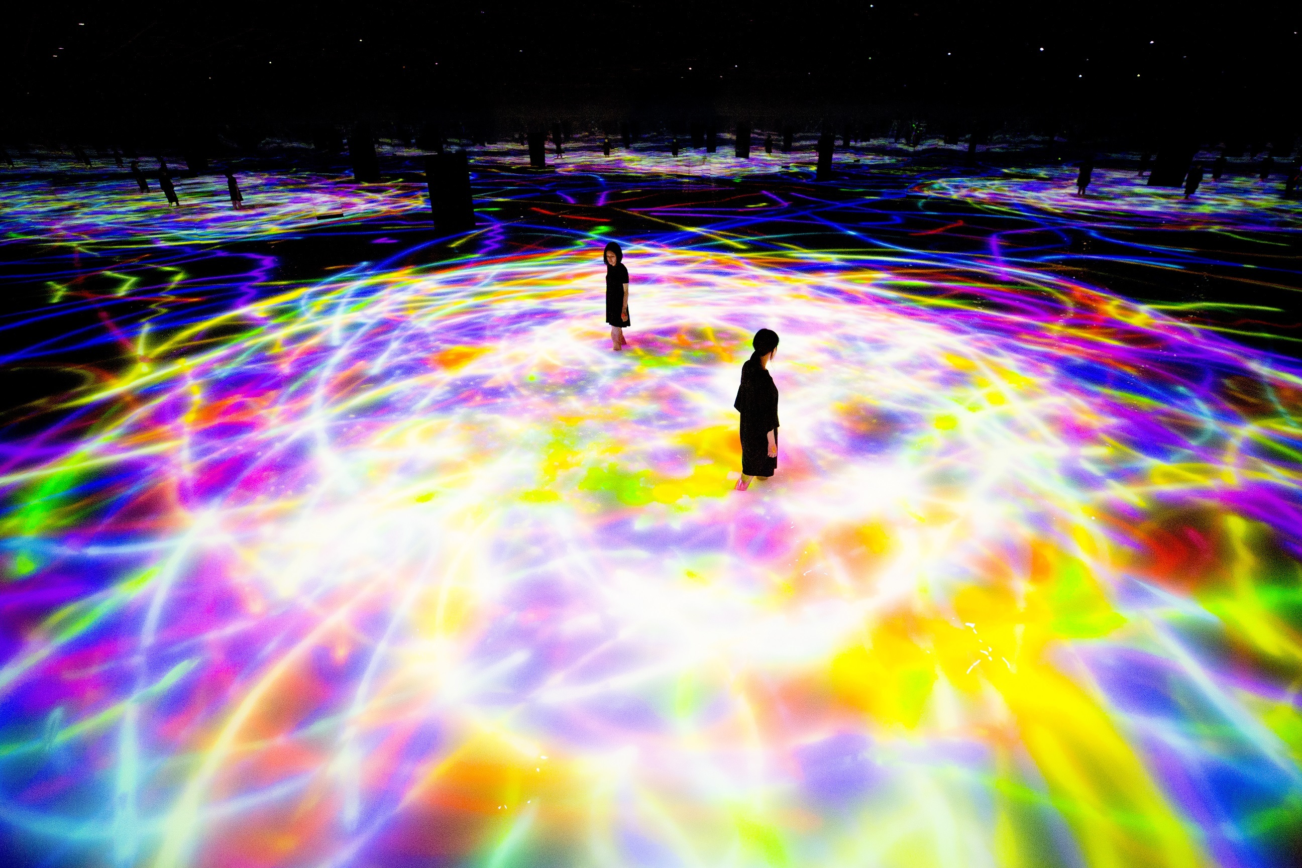 Drawing on the Water Surface Created by the Dance of Koi and People - Infinity  teamLab, 2016-2018, Interactive Digital Installation, Endless, Sound: Hideaki Takahash