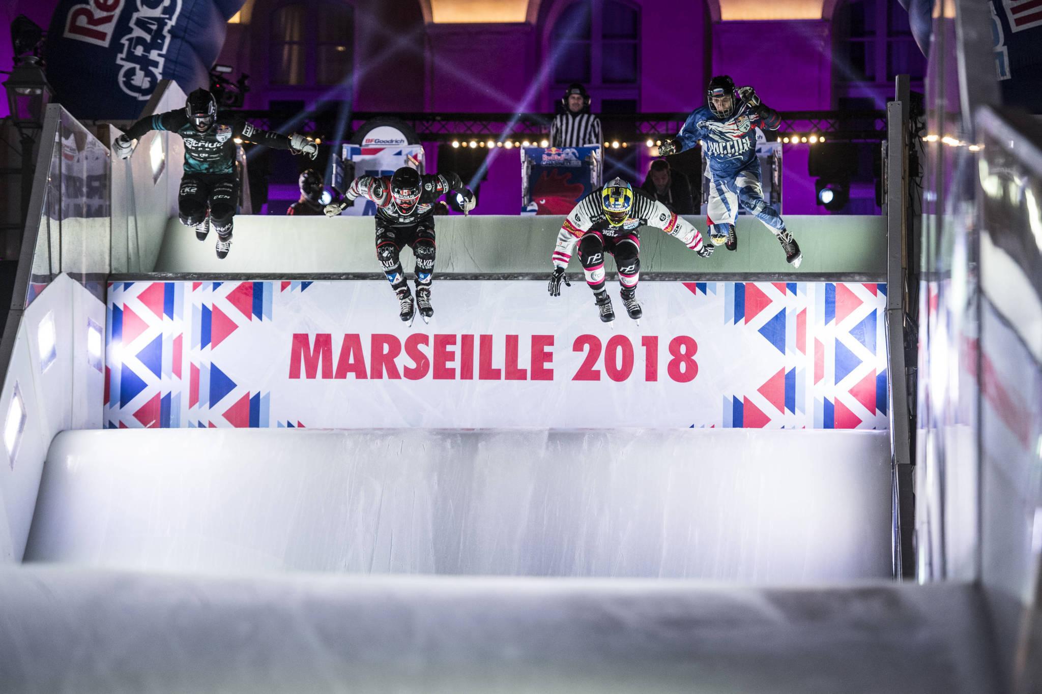 """""""氷上の障害物競走""""といえそうな、超スリリングなアイスレースが繰り広げられる Jorge Mitter / Red Bull Content Pool"""