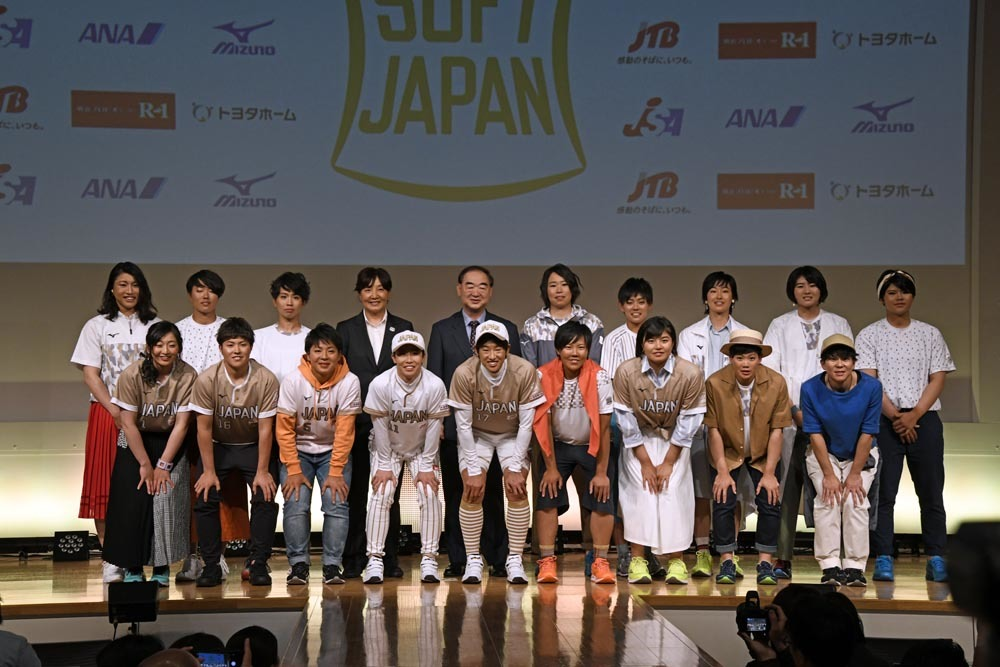 新ユニフォームに身を包み、笑顔を見せるソフトボール女子日本代表チーム