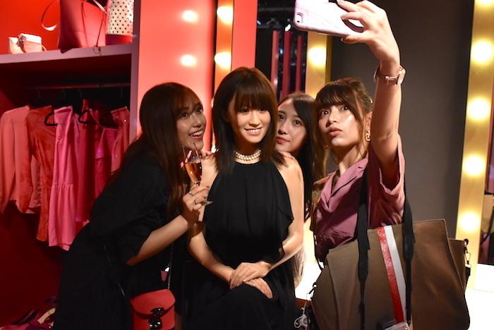 マダム・タッソー東京の新エリアで、元AKB48の前田敦子のフィギュアと写真を撮る女性たち