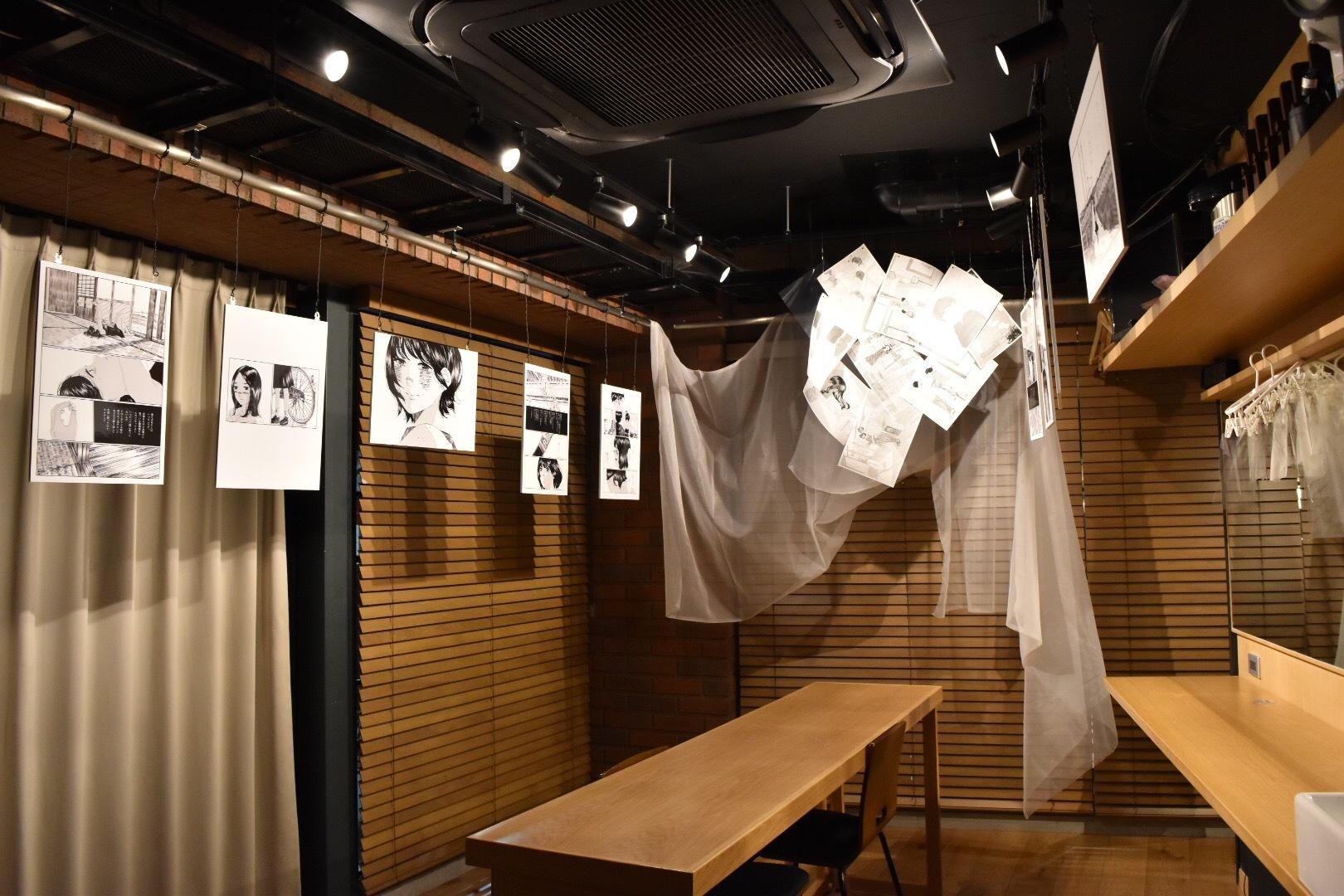 漫画家・ごめんの作品は楽屋を使った展示