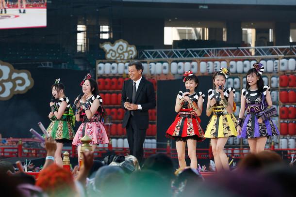 ももいろクローバーZと舘ひろし。(Photo by HAJIME KAMIIISAKA+Z)