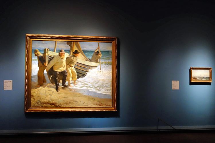 左:オスカル・ビュルク《スケーインの海に漕ぎ出すボート》1884年 スケ―イン美術館  右:フリツ・タウロウ《スケーインの海岸》1879年 スケーイン美術館