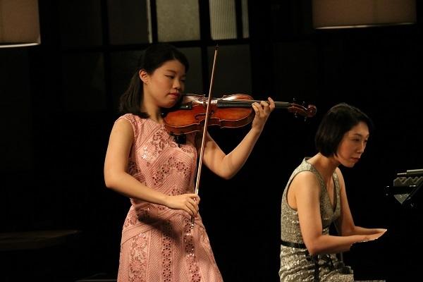北川千紗(Vn.)、日下知奈(ピアノ)