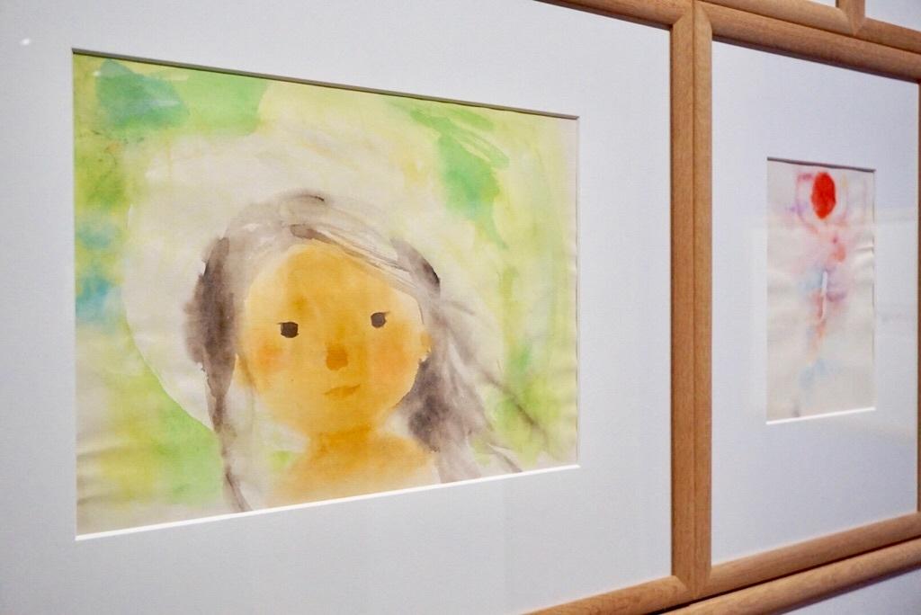 (左)いわさきちひろ 《緑の風の中のなかの少女》 1972年 水彩、洋紙