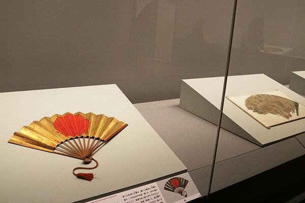 左が《陣扇(毛利秀就関係資料のうち)》桃山〜江戸時代 17世紀(毛利博物館所蔵)(全期間展示、ただし場面替あり)