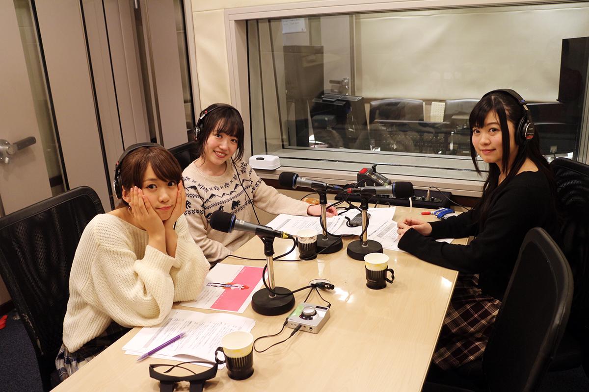 収録風景。右からパーソナリティの鈴木このみ、久野美咲、左手前はゲストの芹澤優。