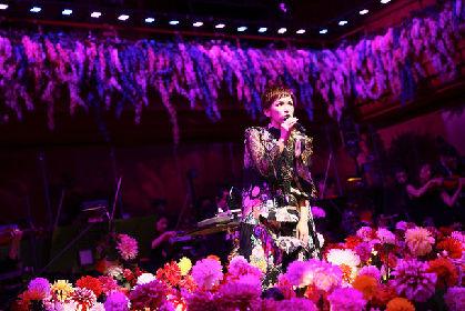 ステージに復帰したSuperfly、オーケストラ演奏と花に彩られ10周年ライブ