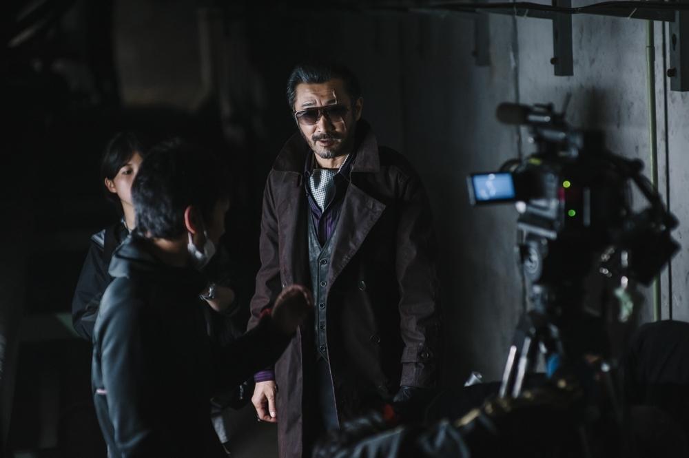 撮影中の大塚明夫