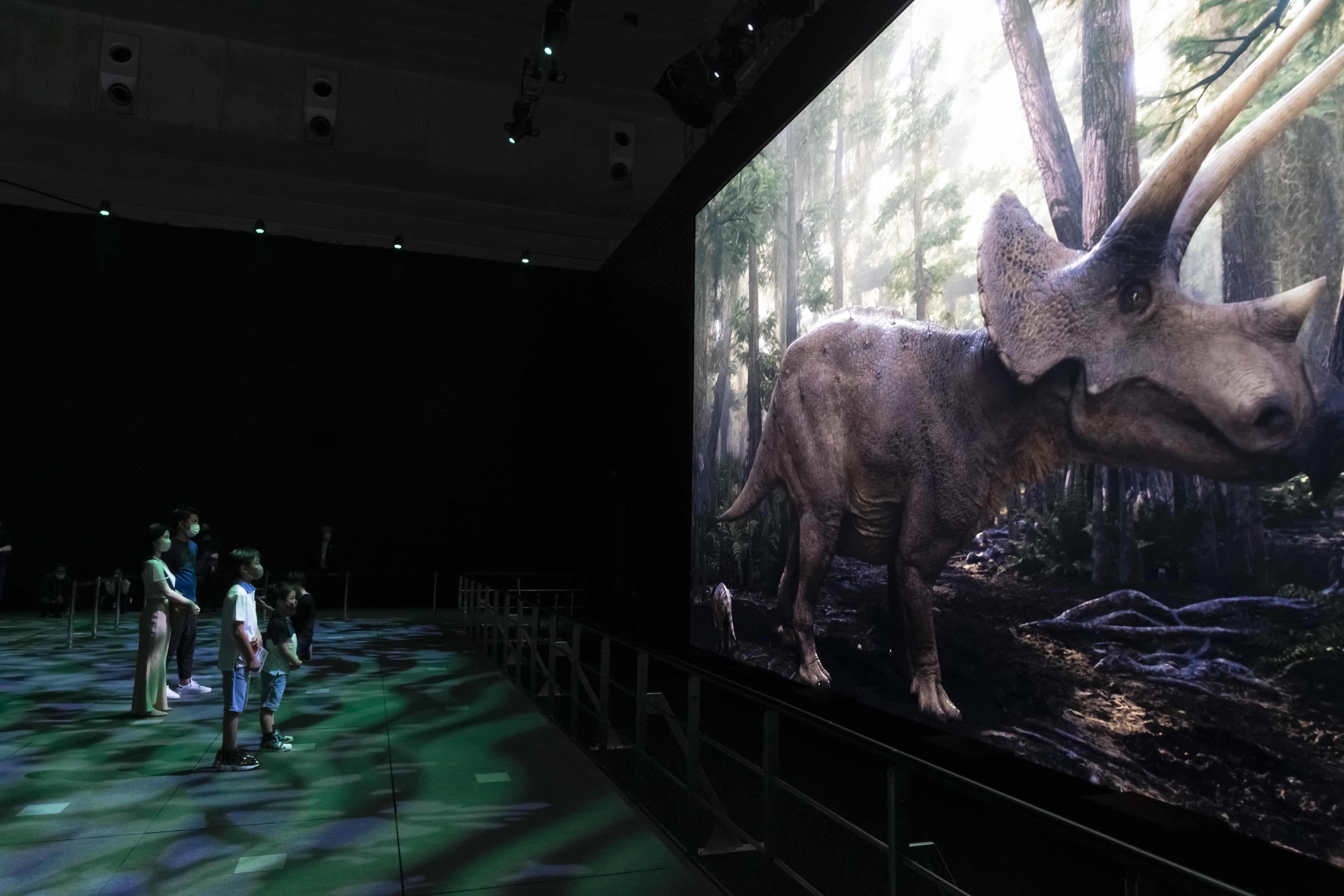 ソニーの現時点での技術の最高傑作という、横幅12m×高さ6.8mの「Crystal LED」大画面だ (C)DinoScience 恐竜科学博製作委員会