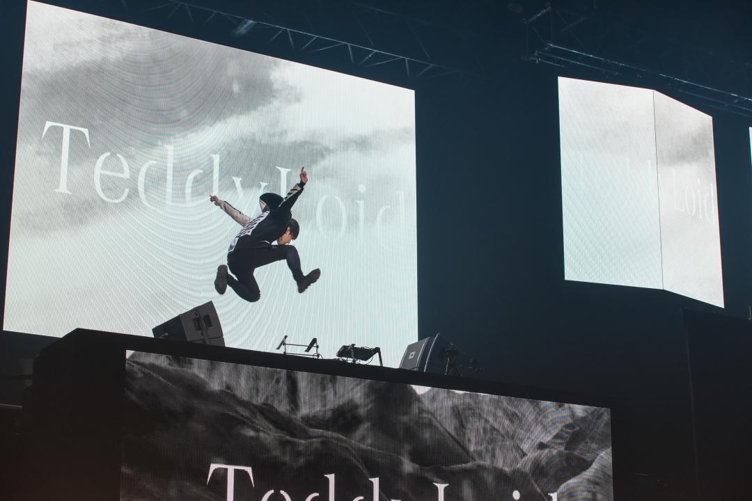 TeddyLoid feat. 米良美一 撮影=鶴見哲也/岡本政利/福田聡/中越圭/橋下歩