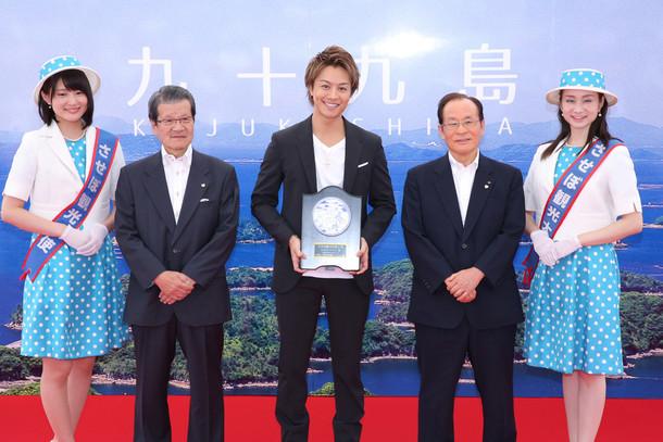 「佐世保観光名誉大使就任式」に出席したEXILE TAKAHIRO(中央)。(写真提供:LDH)