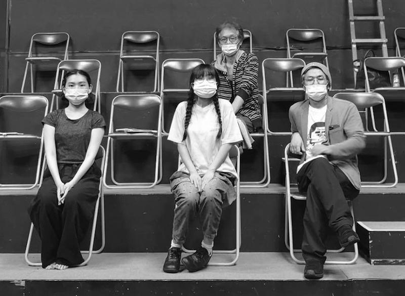 『ハハチチ』出演者と作・演出家。前列左から・すぎうらまこ、平手さやか、作・演出の渡山博崇 後列・小熊ヒデジ