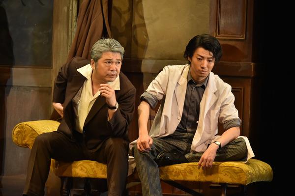 伝説の詐欺師フジケンを追っていた銭田警部補(左・三上市朗)が日根(右・矢崎広)に迫る。