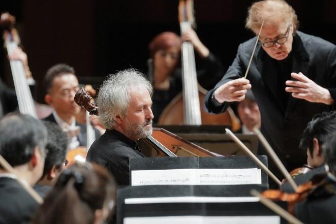 ブルネロのチェロに寄り添うようにオーケストラをコントロールするデュメイ。 (C)S.Yamamoto