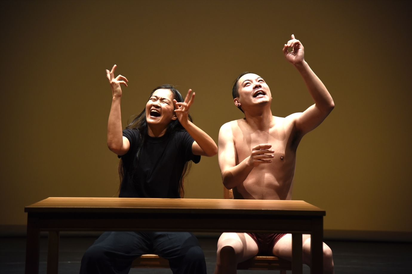 『後代400』(リュウ・シャオイ演出)左から、オコーン・クオ・ジン・ホン、リュウ・シャオユン。 撮影/宮内勝