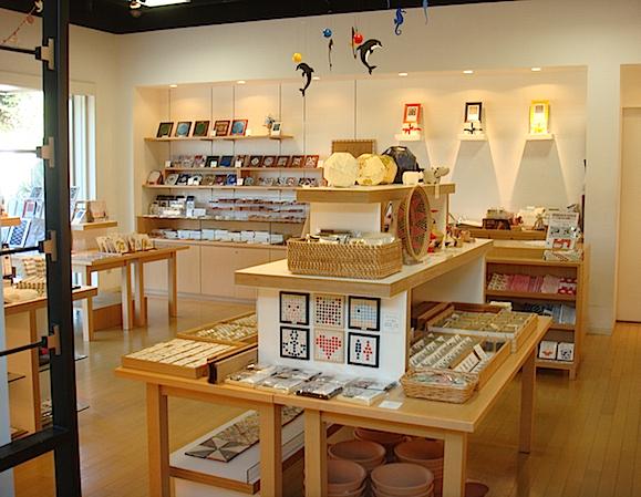 ステーショナリーや手ぬぐいなどのオリジナルグッズ、モザイクアートキットや企画展の関連商品などが揃う「ミュージアムショップ」