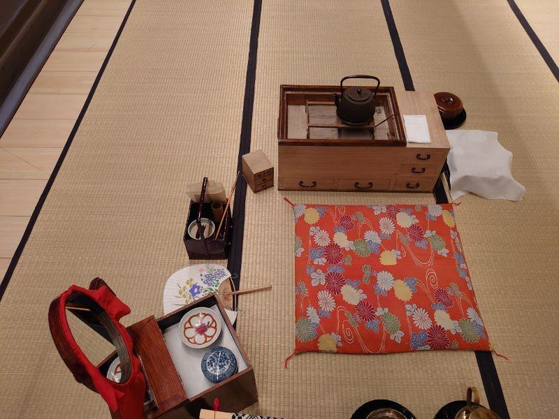 『八月花形歌舞伎』『与話情浮名横櫛 源氏店』のお富の座り位置。実際の写真を残し、スタッフ間で情報を共有。