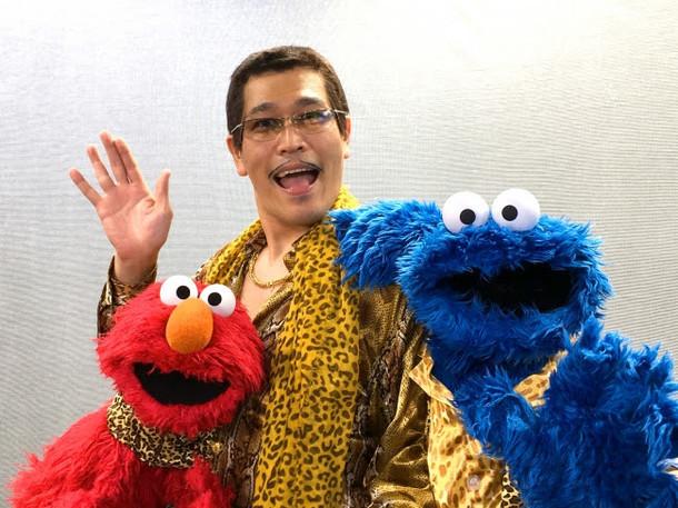 エルモとクッキーモンスターに挟まれるピコ太郎。